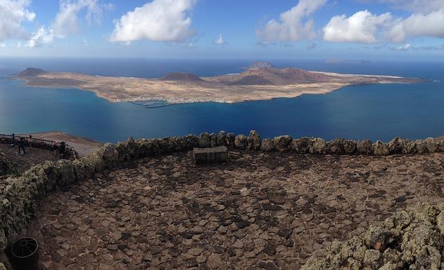 Al fondo la isla de Lanzarote (Comunidad Autónoma de Canarias, España)